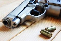 Πυροβόλο όπλο και cartriges. στοκ εικόνα με δικαίωμα ελεύθερης χρήσης