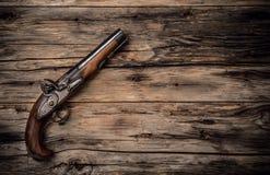Πυροβόλο όπλο παλαιών χεριών στο wod Στοκ Εικόνες