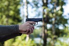 Πυροβόλο όπλο - πιστόλι (οπλισμένο άτομο) Στοκ Εικόνα