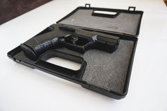 Πυροβόλο όπλο σε ένα κιβώτιο Στοκ Φωτογραφίες