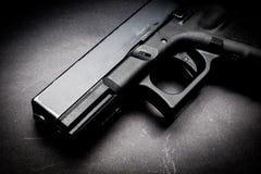Πυροβόλο όπλο χεριών στο μαύρο υπόβαθρο στοκ εικόνα
