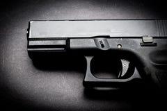 Πυροβόλο όπλο χεριών στο μαύρο υπόβαθρο στοκ εικόνες με δικαίωμα ελεύθερης χρήσης