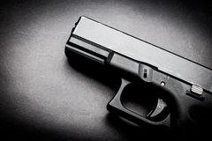 Πυροβόλο όπλο χεριών στο μαύρο υπόβαθρο στοκ φωτογραφία