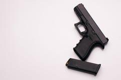 Πυροβόλο όπλο 9 χιλ. με το περιοδικό Στοκ εικόνα με δικαίωμα ελεύθερης χρήσης