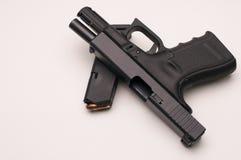 Πυροβόλο όπλο 9 χιλ. με το περιοδικό Στοκ Φωτογραφίες