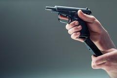 Πυροβόλο όπλο όπλων Χέρι ατόμων που κρατά ένα πυροβόλο όπλο πιστόλι 9 χιλ Στοκ φωτογραφία με δικαίωμα ελεύθερης χρήσης