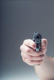 Πυροβόλο όπλο όπλων Χέρι ατόμων που κρατά ένα πυροβόλο όπλο πιστόλι 9 χιλ Στοκ φωτογραφίες με δικαίωμα ελεύθερης χρήσης