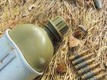 Πυρομαχικά από τον παγκόσμιο πόλεμο 2 και το μπουκάλι κατανάλωσης Στοκ Φωτογραφίες