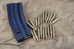 Πυρομαχικά με το περιοδικό στο ξύλο στοκ φωτογραφία με δικαίωμα ελεύθερης χρήσης