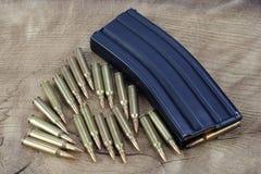 Πυρομαχικά με το περιοδικό στο ξύλο στοκ φωτογραφία