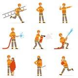 Πυροσβέστες πορτοκαλή σε ομοιόμορφο κάνοντας το σύνολο εργασίας τους Πυροσβέστης στις διαφορετικές διανυσματικές απεικονίσεις κιν ελεύθερη απεικόνιση δικαιώματος