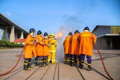 Πυροσβέστες που εκπαιδεύουν, το fighti πυρκαγιάς ετήσιας κατάρτισης υπαλλήλων Στοκ Εικόνες