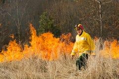 Πυροσβέστες που διασχίζουν την απανθρακωμένη έκταση Στοκ Εικόνα