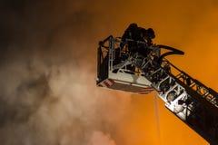 Πυροσβέστες που παλεύουν την πυρκαγιά Στοκ εικόνα με δικαίωμα ελεύθερης χρήσης