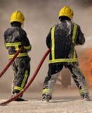 Πυροσβέστες που παλεύουν την πυρκαγιά Στοκ φωτογραφίες με δικαίωμα ελεύθερης χρήσης