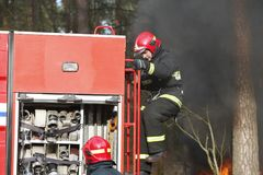 Πυροσβέστες που προετοιμάζονται να εξαφανίσει μια πυρκαγιά Στοκ Εικόνα