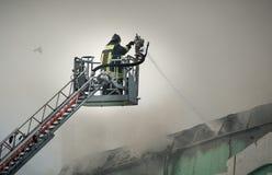 Πυροσβέστες στην πυρκαγιά πάλης δράσης Στοκ Φωτογραφία