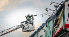 Πυροσβέστες στην πυρκαγιά πάλης δράσης Στοκ Εικόνες