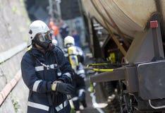 Πυροσβέστες την πυρκαγιά που εξαφανίζεται μετά από Στοκ εικόνες με δικαίωμα ελεύθερης χρήσης