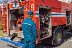 Πυροσβέστης ατόμων στο υπόβαθρο ενός πυροσβεστικού οχήματος στοκ εικόνες με δικαίωμα ελεύθερης χρήσης
