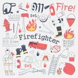 Πυροσβέστης ελεύθερο Doodle Πυροσβέστης με τα συρμένα χέρι στοιχεία πυροσβεστήρων και εξοπλισμού καθορισμένα απεικόνιση αποθεμάτων