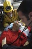 Πυροσβέστης και γιατρός που φροντίζουν το ανώτερο άτομο Στοκ φωτογραφία με δικαίωμα ελεύθερης χρήσης