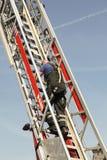 Πυροσβέστης που αναρριχείται στα σκαλοπάτια κατά τη διάρκεια μιας επίδειξης διάσωσης στοκ φωτογραφίες με δικαίωμα ελεύθερης χρήσης