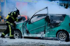 Πυροσβέστης που διασώζει το θύμα τροχαίου στο μμένο αυτοκίνητο στοκ φωτογραφία με δικαίωμα ελεύθερης χρήσης