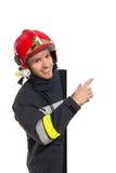 Πυροσβέστης που δείχνει στο έμβλημα Στοκ εικόνες με δικαίωμα ελεύθερης χρήσης
