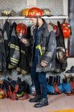 Πυροσβέστης που εξετάζει την ομιλούσα ταινία Walkie στην πυρκαγιά Στοκ φωτογραφία με δικαίωμα ελεύθερης χρήσης