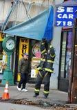 Πυροσβέστης που καθορίζει τα ηλεκτρικά καλώδια στο Μπρούκλιν στοκ φωτογραφίες με δικαίωμα ελεύθερης χρήσης