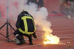 Πυροσβέστης που καταγράφει το ποδόσφαιρο fans& x27  πυρκαγιά φανών Στοκ Φωτογραφία