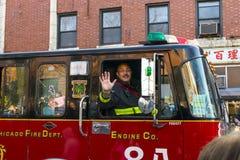 Πυροσβέστης που κυματίζει κατά τη διάρκεια της κινεζικής νέας παρέλασης έτους στο Σικάγο, IL Στοκ φωτογραφία με δικαίωμα ελεύθερης χρήσης