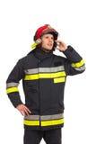 Πυροσβέστης που χρησιμοποιεί το τηλέφωνο. Στοκ εικόνες με δικαίωμα ελεύθερης χρήσης