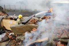 Πυροσβέστης, πυρκαγιά αυτοκινήτων Στοκ Εικόνες