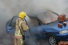 Πυροσβέστης, πυρκαγιά αυτοκινήτων Στοκ φωτογραφίες με δικαίωμα ελεύθερης χρήσης