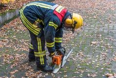 Πυροσβέστης στη δράση με το πριόνι αλυσίδων στοκ φωτογραφία με δικαίωμα ελεύθερης χρήσης