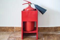 Πυροσβεστήρας από τον τοίχο Στοκ Εικόνες