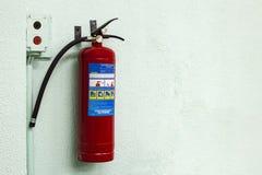 Πυροσβεστήρας στον τοίχο Στοκ εικόνα με δικαίωμα ελεύθερης χρήσης