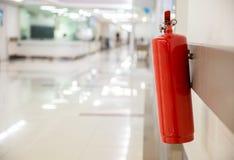 Πυροσβεστήρας στο λειτουργούν τμήμα Εγκαταστήστε έναν πυροσβεστήρα στον τοίχο στην οικοδόμηση Ξηρό χημικό exti πυρκαγιάς σκονών στοκ εικόνες