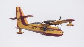 Πυροσβεστικό αεροπλάνο στον ουρανό Στοκ εικόνες με δικαίωμα ελεύθερης χρήσης