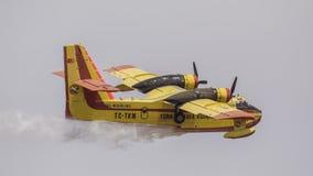 Πυροσβεστικό χύνοντας νερό αεροπλάνων Στοκ Εικόνες