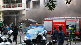 Πυροσβεστικό όχημα και πυροσβέστες που λειτουργούν κατά τη διάρκεια μιας πυρκαγιάς οδών στοκ εικόνες με δικαίωμα ελεύθερης χρήσης