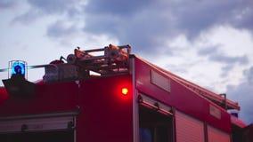 Πυροσβεστικό όχημα με τους ηλεκτρικούς φακούς επάνω φιλμ μικρού μήκους