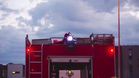 Πυροσβεστικό όχημα με τους ηλεκτρικούς φακούς επάνω απόθεμα βίντεο