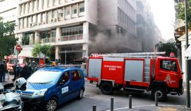 Πυροσβεστικό όχημα που λειτουργεί κατά τη διάρκεια μιας πυρκαγιάς οδών στοκ φωτογραφία με δικαίωμα ελεύθερης χρήσης