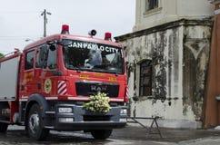 Πυροσβεστικό όχημα που μετατρέπεται σε γαμήλιο αυτοκίνητο Στοκ φωτογραφίες με δικαίωμα ελεύθερης χρήσης