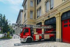 Πυροσβεστικό όχημα που σταθμεύουν μέσα σε έναν πυροσβεστικό σταθμό Στοκ Εικόνες