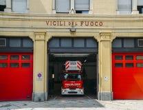 Πυροσβεστικό όχημα που σταθμεύουν μέσα σε έναν πυροσβεστικό σταθμό Στοκ Εικόνα