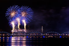 Πυροτέχνημα πέρα από τον ποταμό Στοκ φωτογραφίες με δικαίωμα ελεύθερης χρήσης